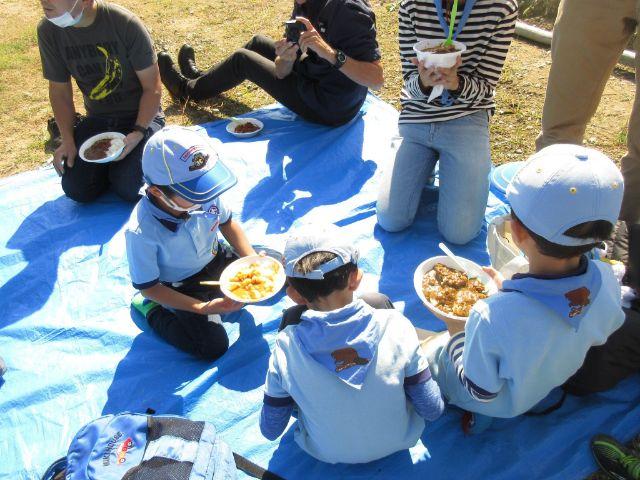 ボーイスカウト神戸2団のビーバースカウトたち 野外料理で自分たちでカレーを作って食べる