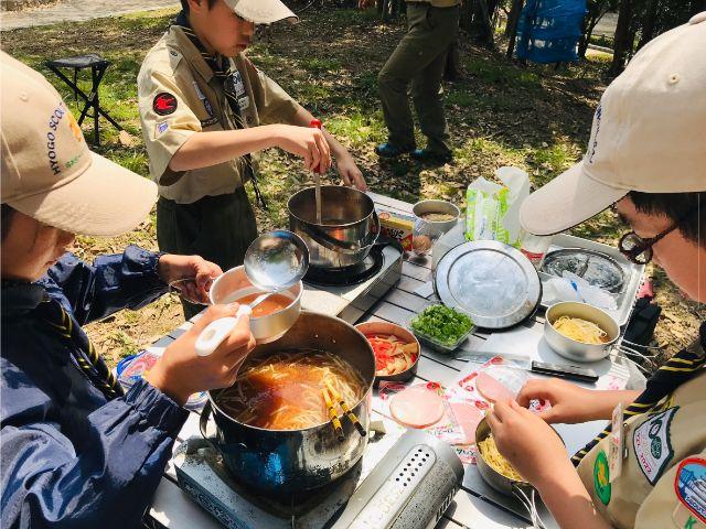 垂水区舞子のボーイスカウト神戸第2団 ボーイ隊 野外料理でラーメン作り